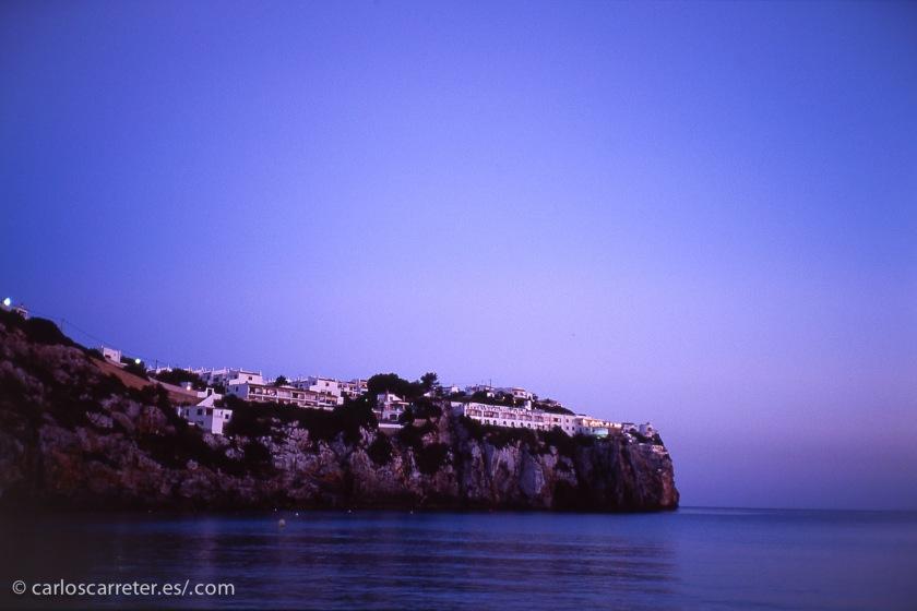 También hoy bonitas casas y mansiones de veraneo en la isla Mediterráneo en las que disfrutar de la suave noche de principios de otoño.