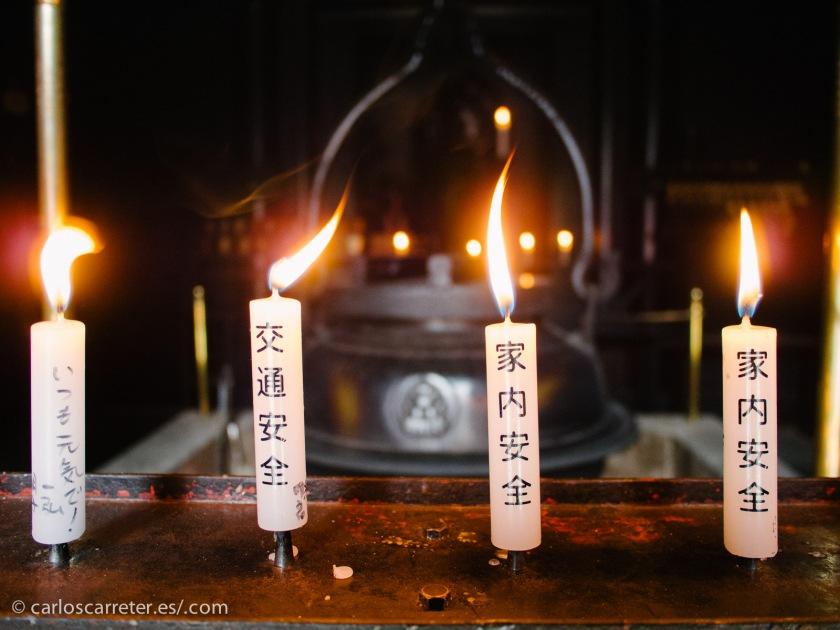 Rodeada del mar interior de Seto, con los bellos bosques primarios del monte Misen, en los que encontramos desperdigados pequeños santuarios shintoístas, la religión tradicional de Japón.