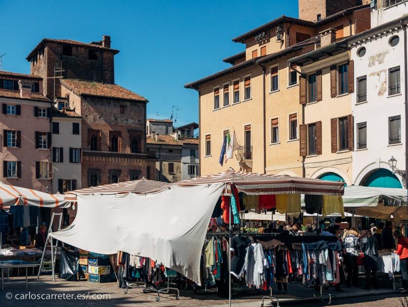 """Son típicas del norte de Italia los cascos históricos porticados, y las """"piazzas"""" con sus mercados."""