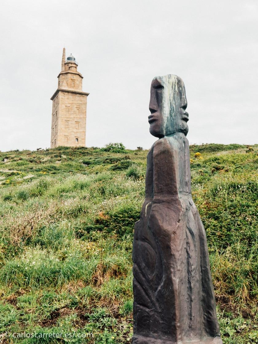 Un viaje en el tiempo en sí misma, la Torre de Hércules nos desplaza lo mismo a la hispania romana que al siglo XVIII.