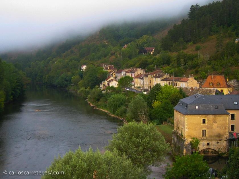 A orillas del río Vézère, se encuentra en la bella región histórica del Périgord, hoy incluida en la región de Aquitania. Un lugar que merece la pena ser visitado.