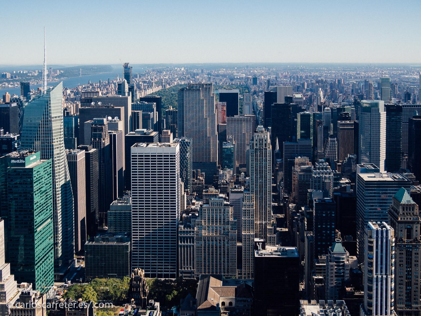 Aunque no de forma exclusiva, la serie está ambientada en Nueva York, especialmente en Madison Avenue que estará por ahí detrás en algún sitio de esta vista hacia el norte desde el Empire State Building.