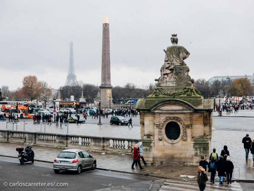 París es la meta última de la joven promesa de la canción; vivida como una oportunidad por unos, como una amenaza por otros.