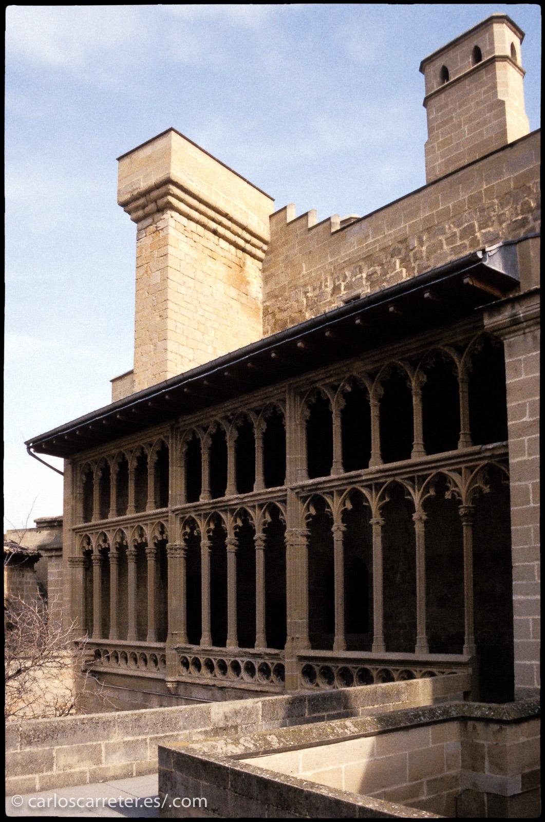 O las almenas y patios del castillo de Oliete en Navarra.