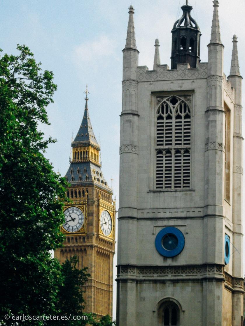 Al fin y al cabo, la capital británica es el escenario de las andanzas de Priam Farll y sus más o menos estrambóticos compañeros de andanzas.