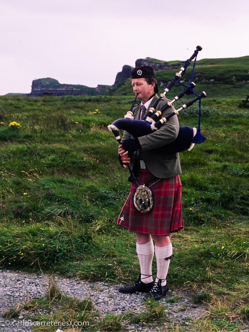 E incluso en Skye nos encontraremos a algún atrevido highlander dando una serenata con su gaita, bajo el frío viento del mes de agosto escocés.
