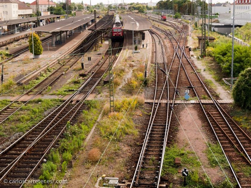 Grandes ingenieros los alemanes, que crearon una magnífica red de ferrocarriles, que lo mismo sirvieron para impulsar el crecimiento económico del país, que para llevar al matadero, sea en el frente, sea en campos de exterminio a millones de personas.