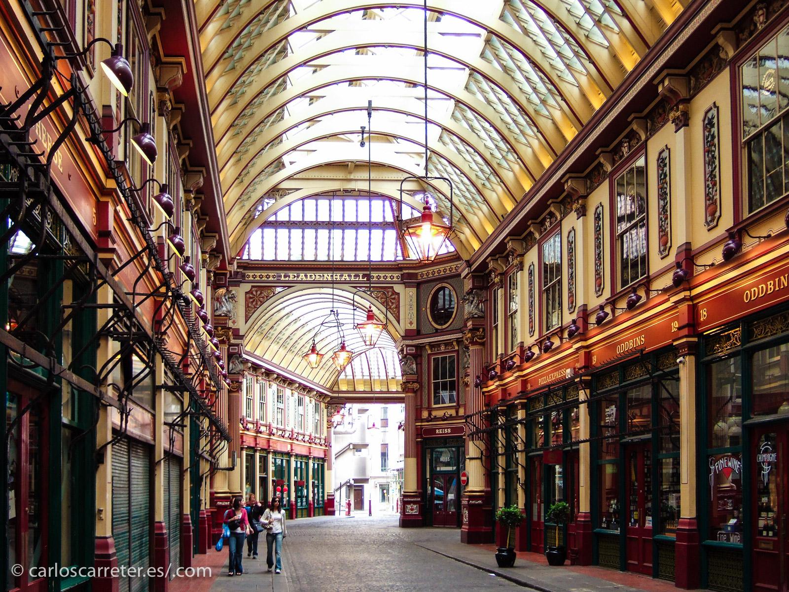 Nos vamos a Londres, que es donde transcurre la mayor parte de la acción de la novela; Leadenhall Market ya existía en la época de la misma, aunque no en el edificio actual que data de finales del XIX.