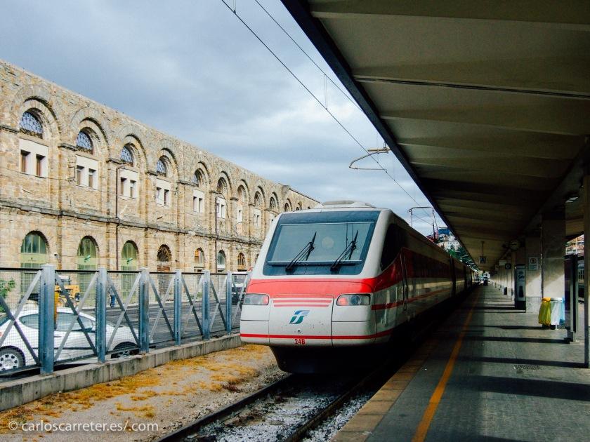 Ya que en las películas de hoy podemos ver trenes italianos, también los pondremos en las fotografías acompañantes. En el encabezado, el Circumvesuviana en Ercolano, y en esta imagen, un