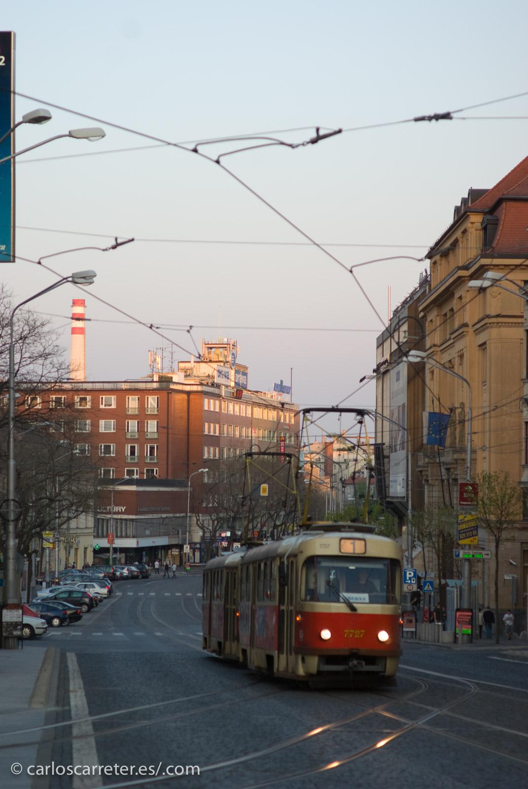 Hoy traigo algunas de las fotografías que se podrán ver próximamente en mi Tumblr, De viaje con Carlos; como este tranvía en las calles de Bratislava, Eslovaquia.
