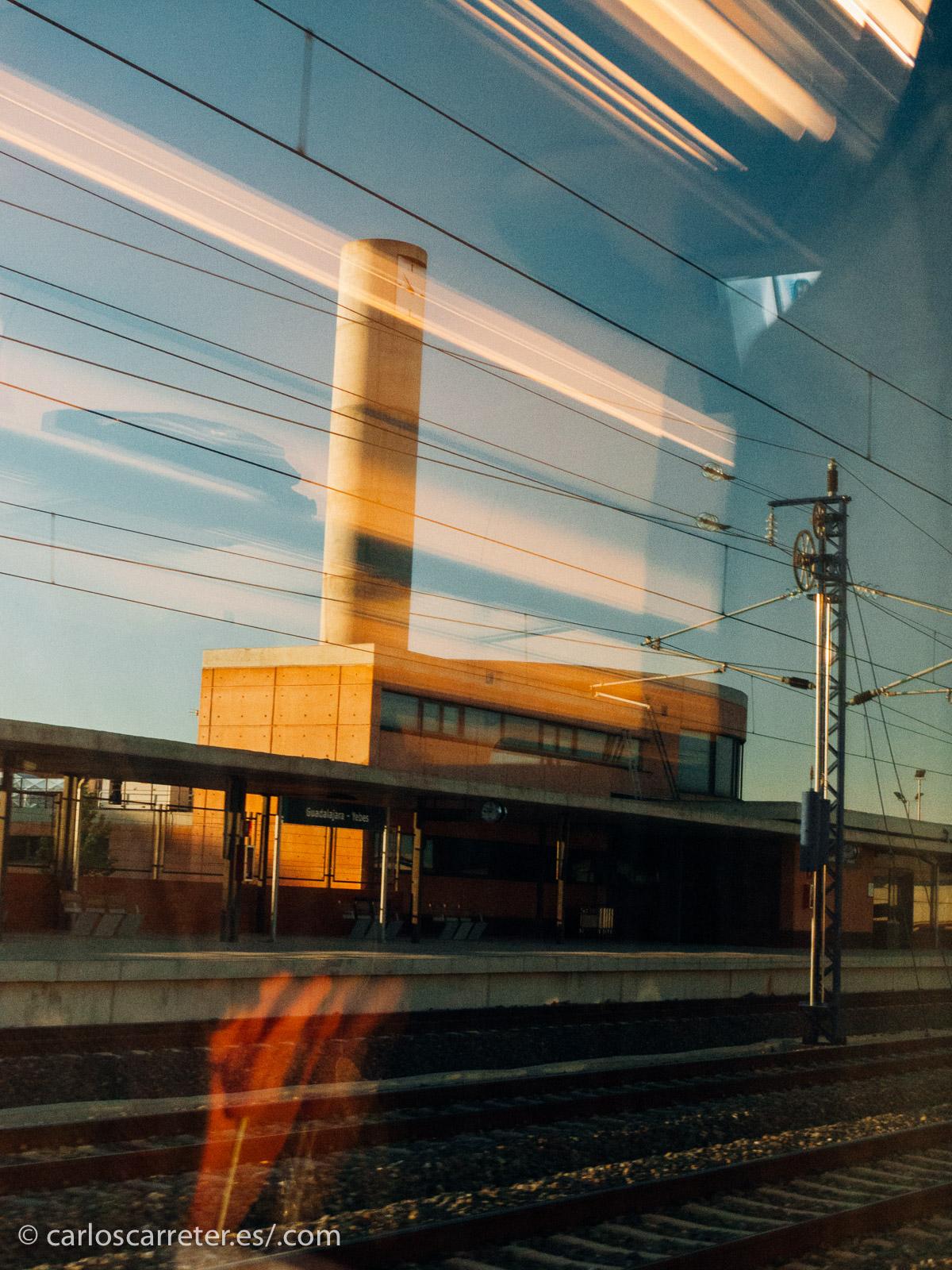 O esta fugaz visión de la estación de Guadalajara-Yebes volviendo en AVE de pasar el día en Madrid, España.
