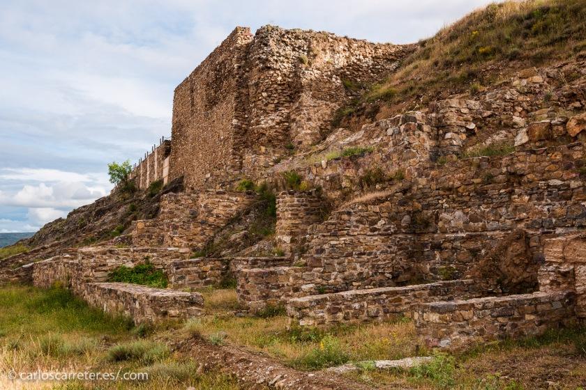 Entre los restos arqueológicos de Augusta Bilbilis, cerca de Calatayud, Aragón (España).
