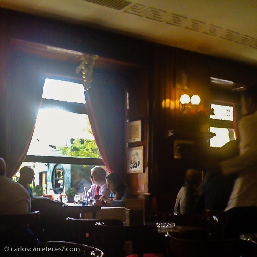 O comiendo en el Café de Gijón en Madrid, la villa y corte española.