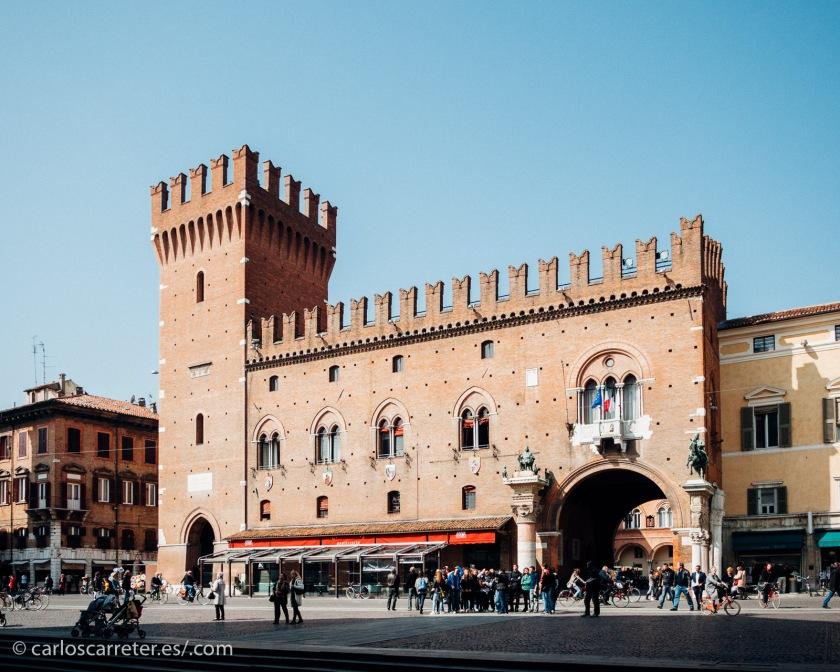 """Aunque con el tiempo perdió parte de su importancia pasada, fue centro de esplendor para la artes y la cultura; en la imagen la """"comune"""" de Ferrara."""