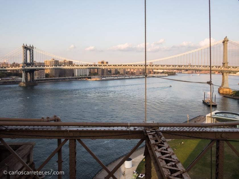 sus largos y embotellados puentes,...
