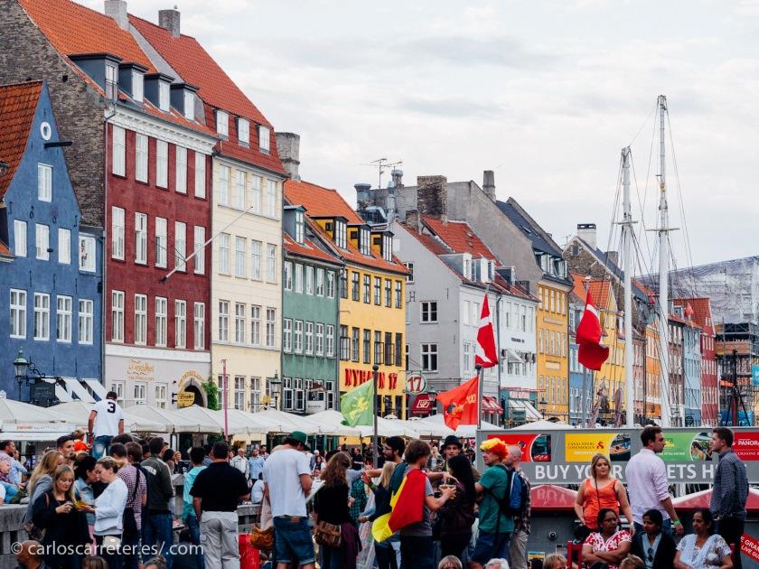 Tampoco las animadas terrazas de Nyhavn en verano suelen ser el escenario de los crímenes... quizá por la abundancia de potenciales testigos visuales.
