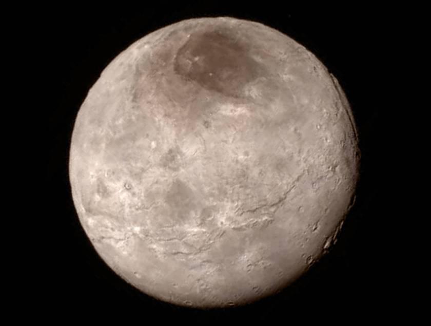 También el satélite Caronte, o el par menor del planeta enano doble Plutón-Caronte según como lo consideremos, ha recibido la atención de la sonda New Horizons, y conocemos su rostro.