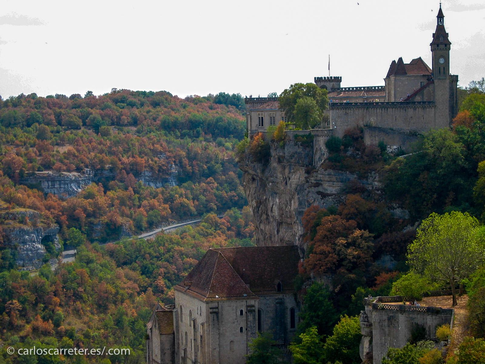 En ausencia de fotografías de la región donde sea ha rodado la película, nos pasearemos también por Francia, pero por el Quercy. Cuyo lugar más visitado y característico es el santuario de Rocamadour.