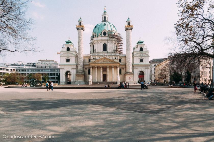 Situada en la parte más aristocrática de la estirada capital austriaca, no lejos de la Karlplatz, cuya boca de metro aparece en la película.