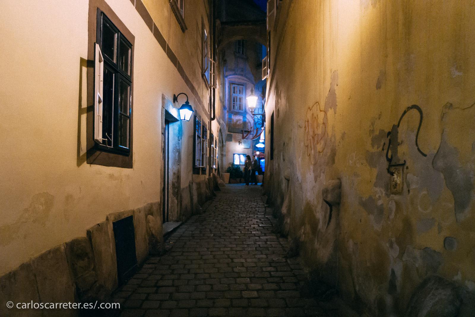 Luego, una pequeña persecución nocturna por las calles vienesas para dar paso al siguiente acto del filme.