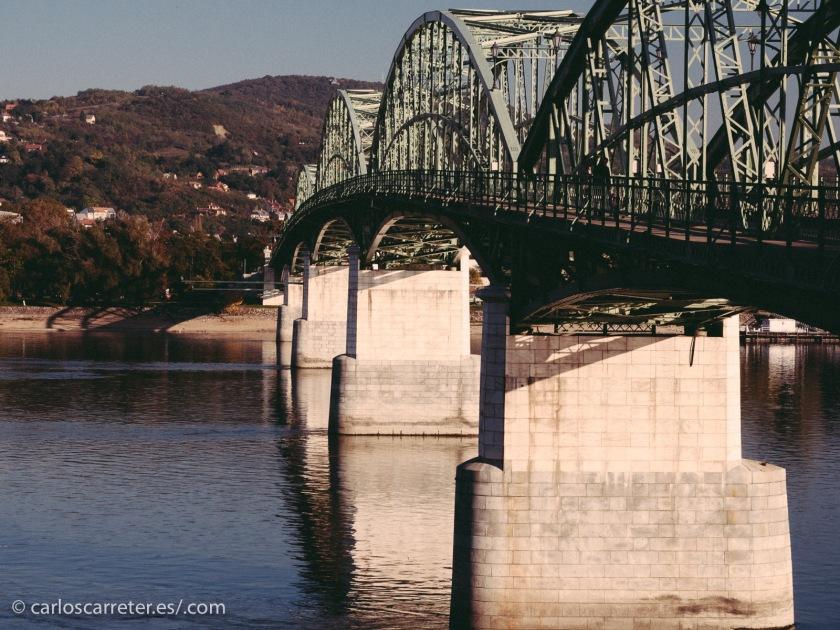 Márai era étnicamente húngaro aunque descendiente de alemanes, pero nació en una población situada en la actual Eslovaquia... Follón centroeuropeo. En la fotografía, el puente que une Esztergom en Hungría con Štúrovo en Eslovaquia, sobre el río Danubio.