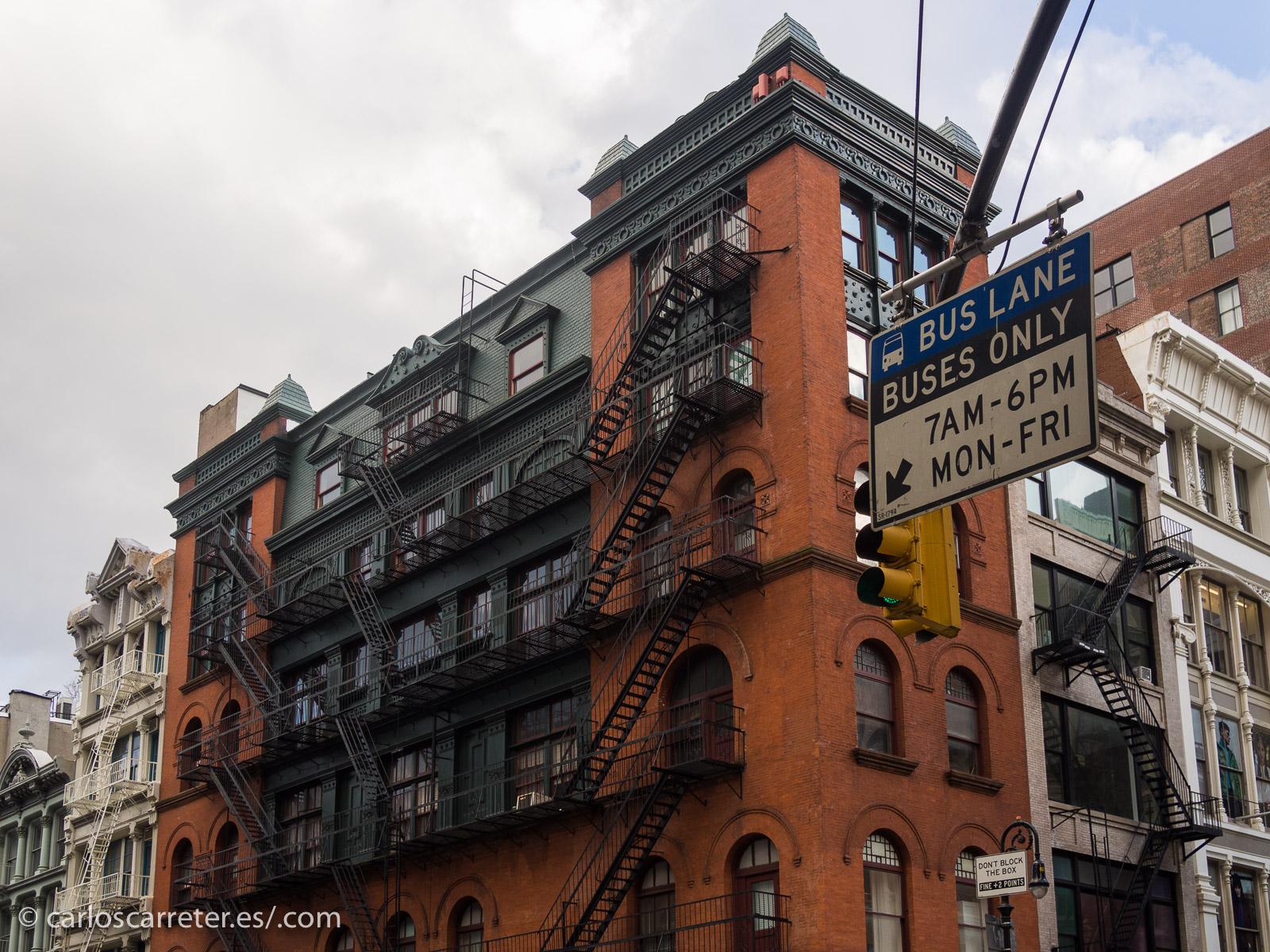 Ningún sitio en especial, el paisaje en torno al SoHo y Bowery como sale en el filme.