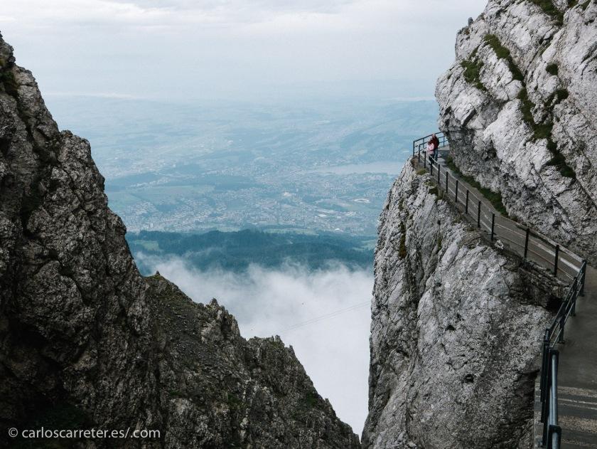 Es un lugar donde las leyendas cuentan que se han visto volar o caer dragones, que podrían o no seguir viviendo escondidos entre sus rocas y cuevas.