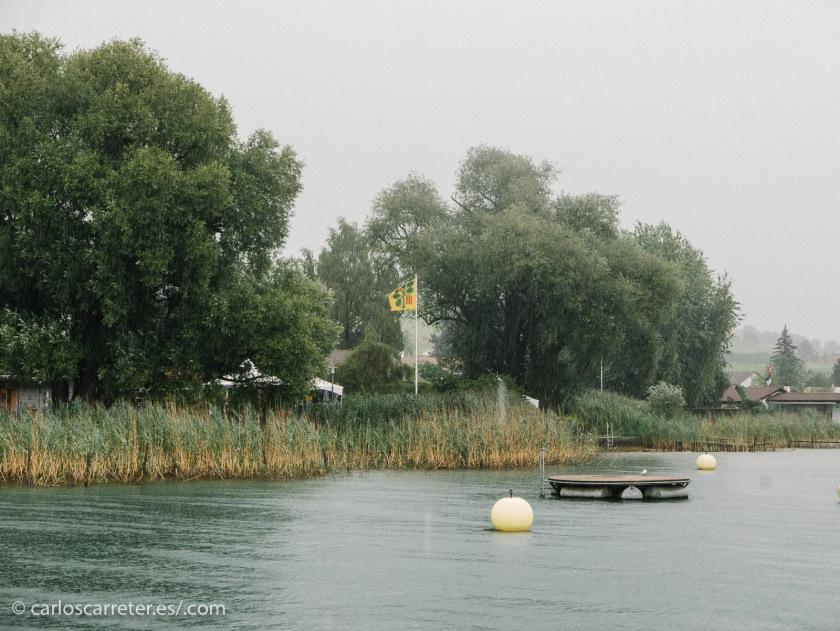 La lluvia vuelve a hacer presencia por la tarde, mientras navegamos por el lago Lucerna.