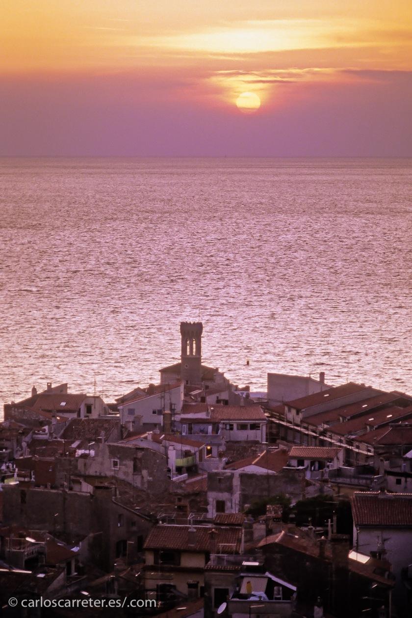 En el verano de 1993 estuve de vacaciones con otros en Eslovenia, un país que hizo la transición de la antigua Yugoslavia a la independencia casi sin conflicto, en la llamada Guerra de los Diez Días. Eso fue dos años antes de que visitáramos el país. Que tien sitios muy bonitos como Piran en la costa de la península de Istria.
