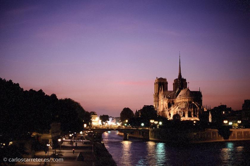 Inevitablemente, nos iremos a París, lugar donde  transcurre buena parte de la novela.