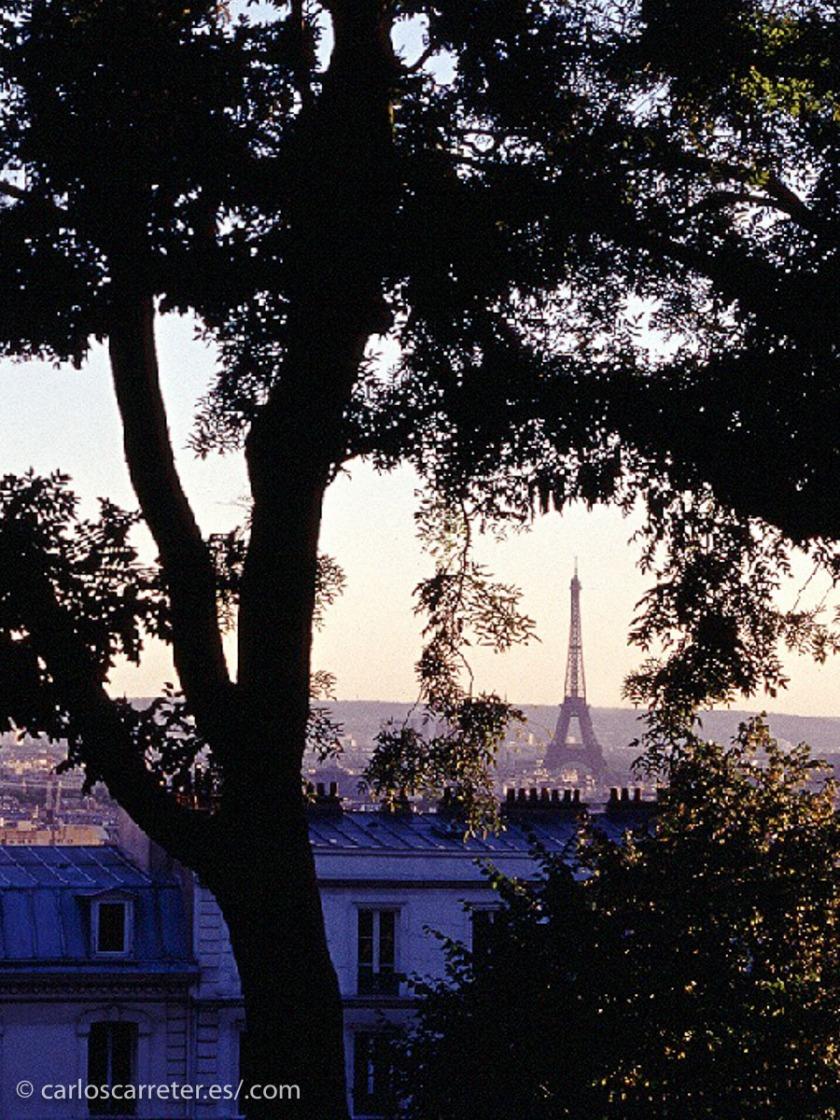 """Un París que buscaba olvidar las penas de la guerra y se dirigía a los que se denominaron """"felices veinte"""", época de despilfarro económico y moral que trajo tristes consecuencias en los treinta y los cuarenta."""