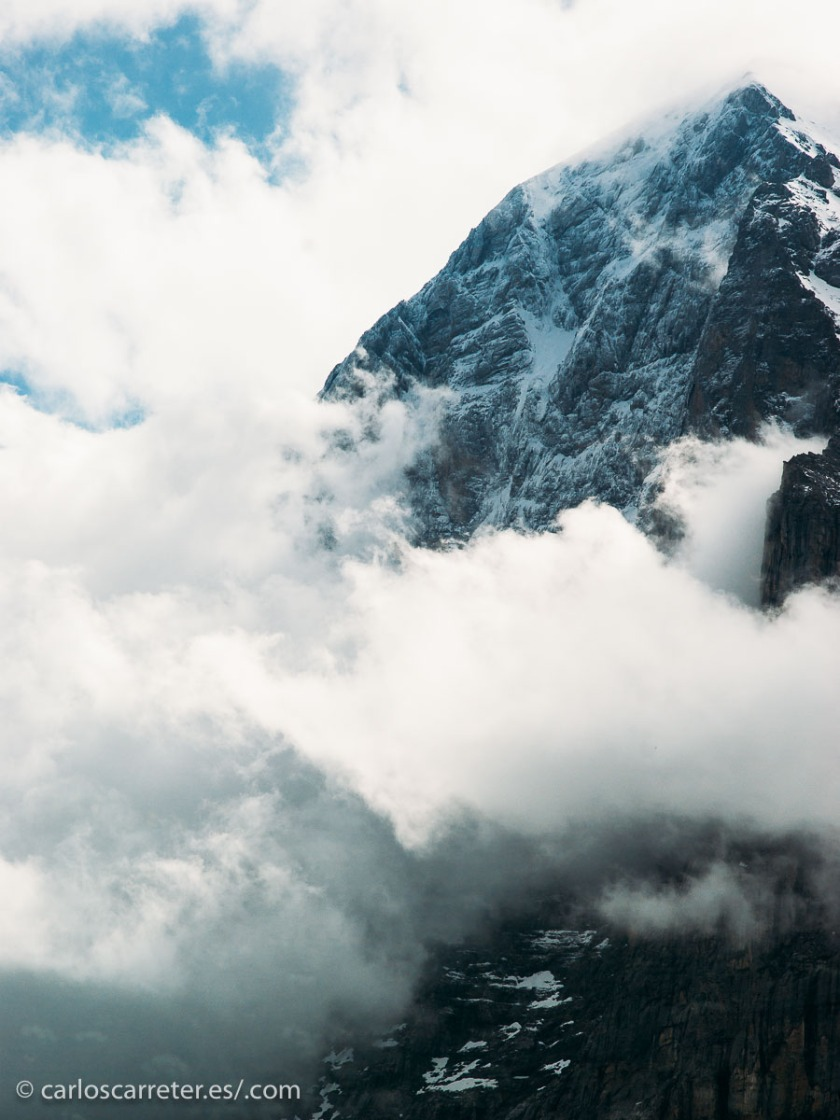 Pero si no estoy informado mal, hay menos personas que hayan escalado la cara norte del Eiger, también en los Alpes suizos, con menos de 4.000 metros de altitud pero 1.800 metros de pared para escalar. Recuerdo haber visto una película, floja, de Clint Eastwood que transcurría en este lugar.
