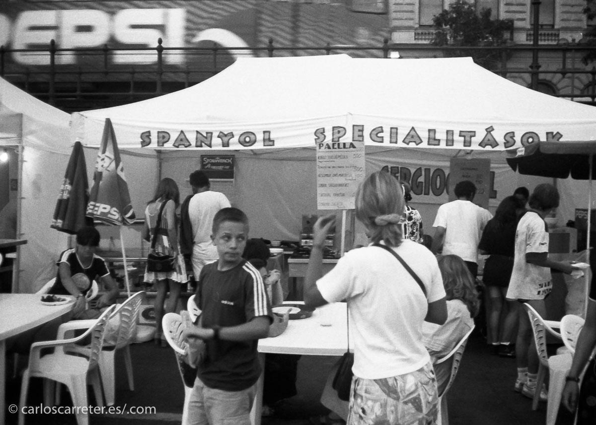 Pero vámonos a Budapest,... donde en vísperas de la fiesta de Szent István encontramos puestos de paella y otras especialidades españolas.