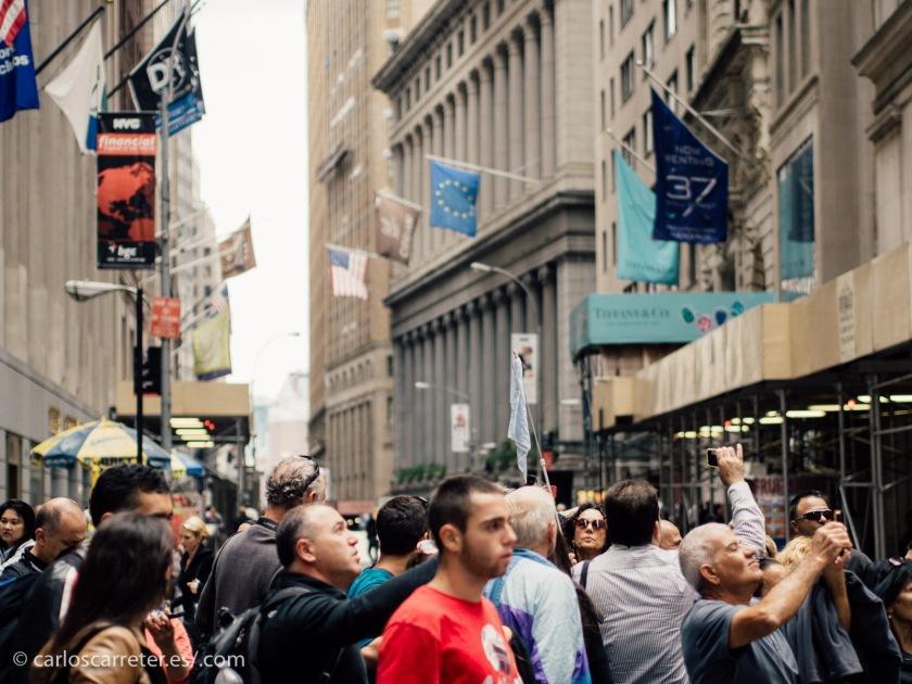 Pero el objeto de la ira de los antisistemas, o de personas hartas de ciertos aspectos del sistema sin más, siempre será Wall Street. Una de las calles más feas de Nueva York, por cierto.