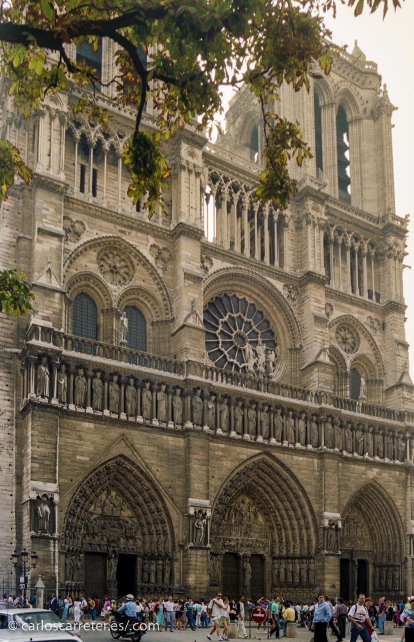 ... y fotografías con más de 25 años de antigüedad como una de mis primeras fotografías de Notre-Dame de Paris...
