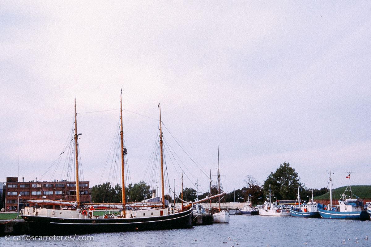 Como en otras ocasiones, aprovecho la entrada televisiva para recordar lo que voy publicando en el tumblr (enlaces abajo). Tras una presentación con el castillo de Peñíscola al anochecer, aquí el puerto de Helsingør, la Elsinor del Hamlet de Shakespeare, en Dinamarca.
