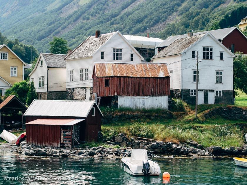 Especialmente en los pueblos de pescadores en los fríos inviernos y cuando azoten los temporales. Pero en verano está muy bien navegar por los bellos fiordos...