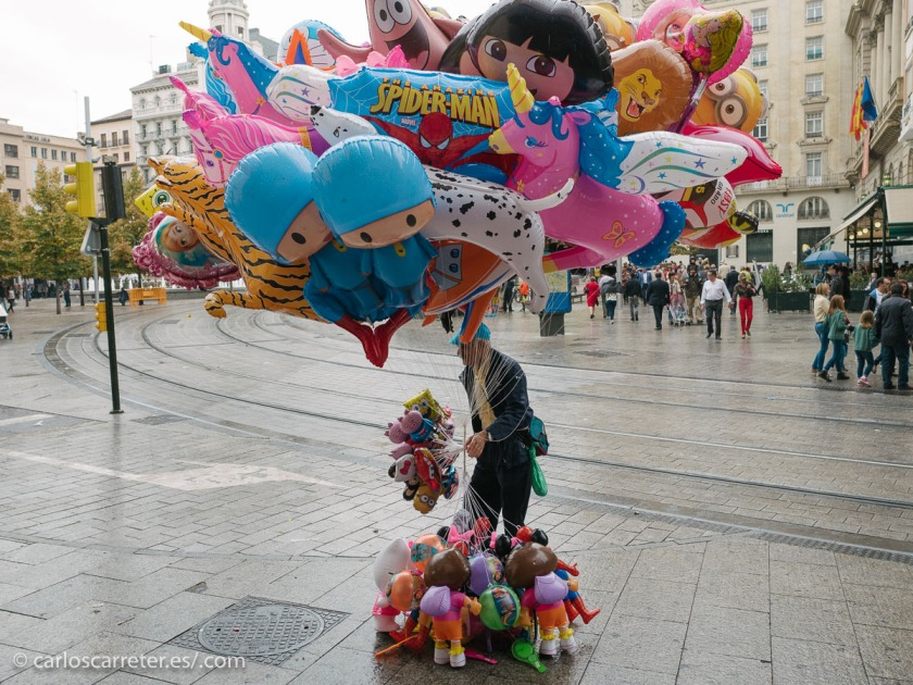 Hoy es el día de la fiesta grande en Zaragoza, mi ciudad. El Pilar. Aunque a mí me abruma la cantidad de gente que se mueve por todos los lados.