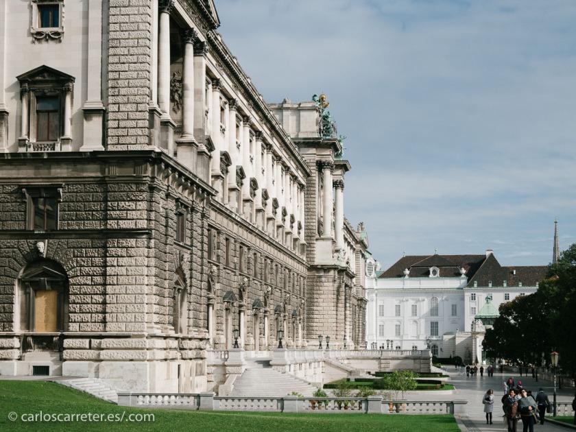 Y junto al pretencioso Hofburg, antiguo palacio imperial y centro de gobierno del imperio austro-húngaro... que en este viaje no nos ha interesado absolutamente nada.