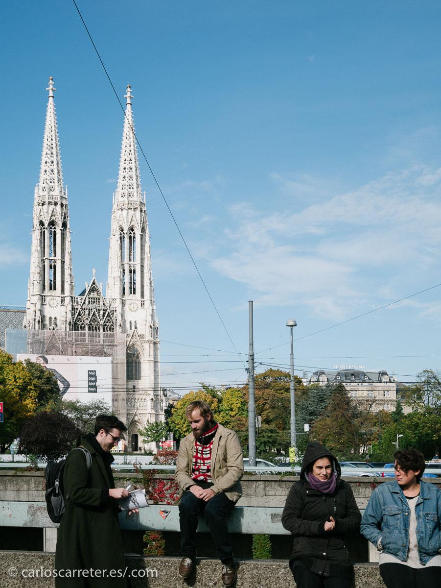 Ya camino del aeropuerto, un último vistazo a la Iglesia Votiva que teníamos al lado del hotel antes de meternos en el metro...