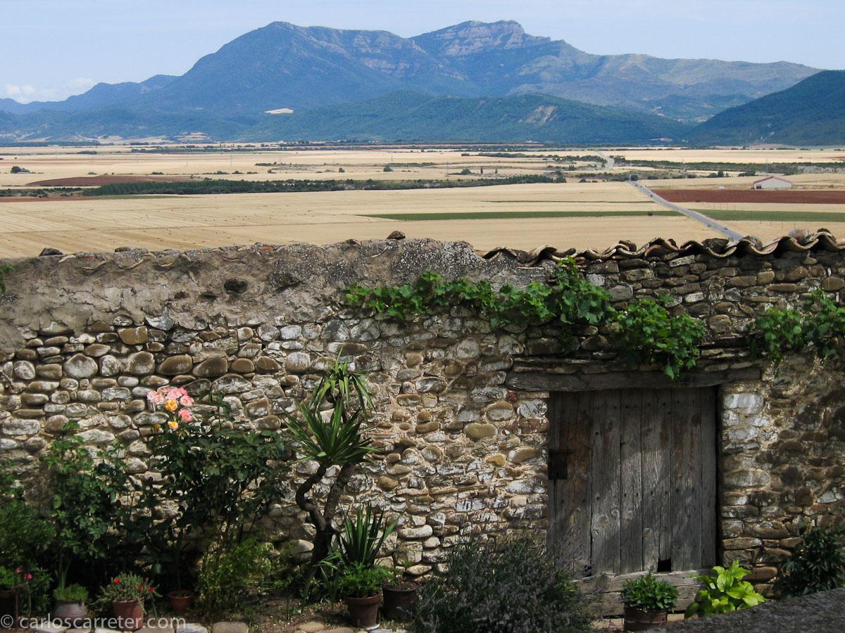 Fotográficamente nos trasladaremos a los Pirineos, al antiguo reino de Aragón del siglo XI, cuya principal zona de habitabilidad, aunque más expuesta a los ataques enemigos, era la canal de Berdún.