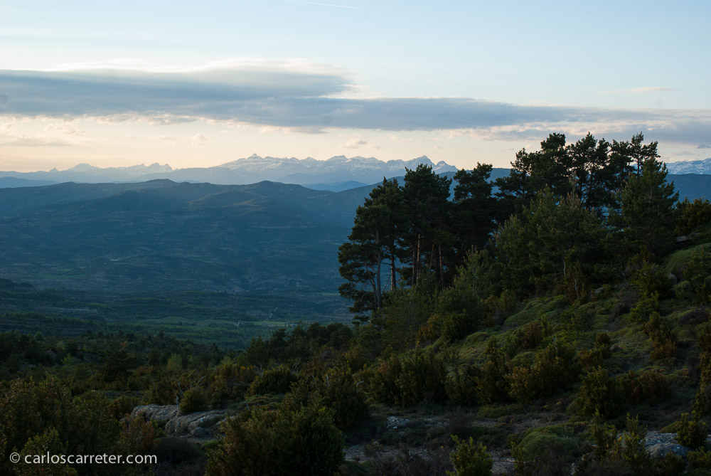 Vista desde sierra de Guara, cerca de Ibirque, al atardecer, tenemos el otro extremo del territorio en que suceden las aventuras.