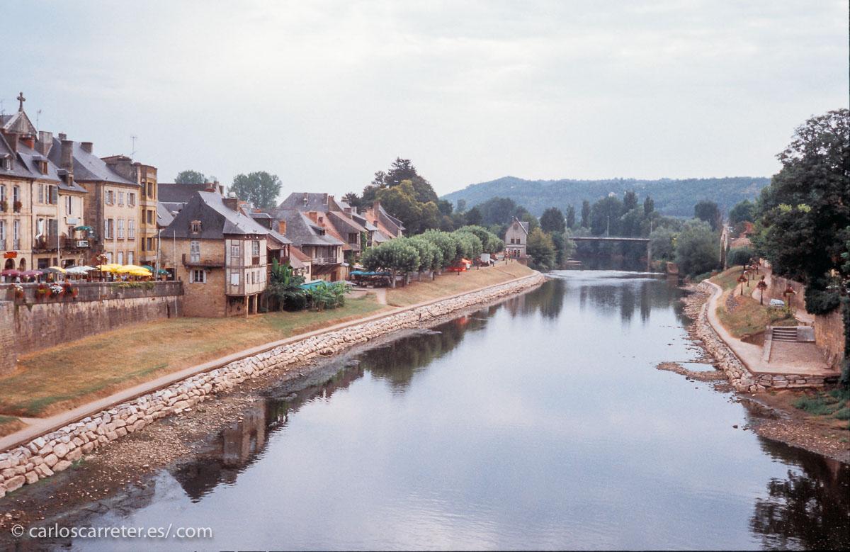 Como vengo haciendo últimamente, traigo a la entrada televisiva las fotos que aparecen en estos días en mi Tumblr, De viaje con Carlos. Los enlaces al final. En la cabecera, la estación de Toulouse (Francia), y sobre estas líneas, el río Vézère a su paso por Montignac, también en Francia