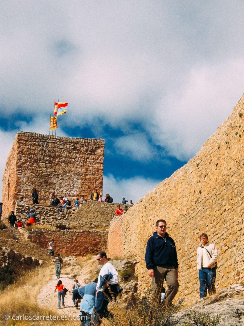 Y terminamos dándonos un paseos por las murallas de Albarracín, en Aragón (España).