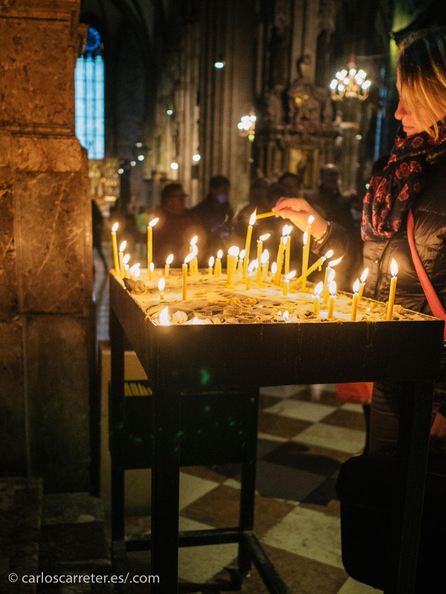 En mi tumblr de viajes, apareciendo fotografías de mi última escapada a Viena (enlaces al final), como el interior de la catedral de San Esteban.