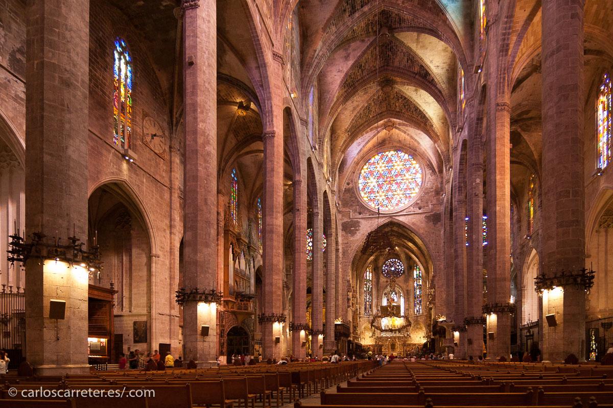 En el interior de la catedral de Palma de Mallorca.