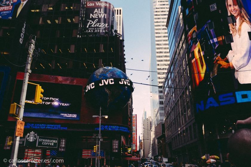 Cómo no ilustrar esta entrada con imágenes de Times Square (aquí y en la cabecera). No obstante, hoy en día sería imposible reproducir en este lugar el ambiente que tenía en los años 50.