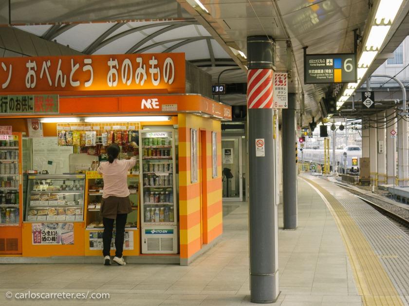 """O si no tenemos una panadería a mano, podemos """"asaltar"""" uno de los puestos de comida de la estación de Shinjuku en Tokio, a primera hora de la mañana, cuando abren... porque no haya muchos testigos... digo."""