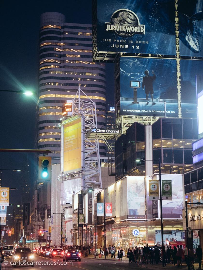 Será por eso que han rodado la mayor parte de las escenas neoyorquinas del filme en Toronto, Canadá. Cosas que pasan.