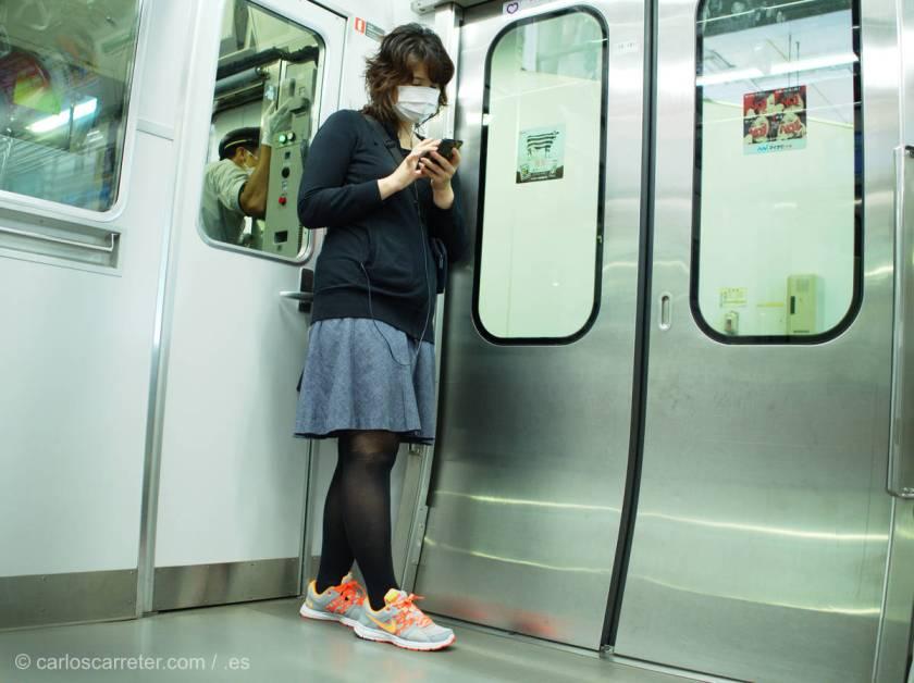 Hoy, claro está, nos vamos también fotográficamente a Tokio, con sus numerosos puestos de comida, sus adolescentes uniformadas,...